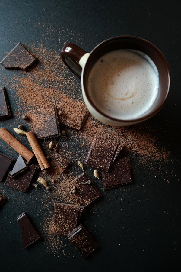 Copo, chocolate e canela de café fotos de stock royalty free