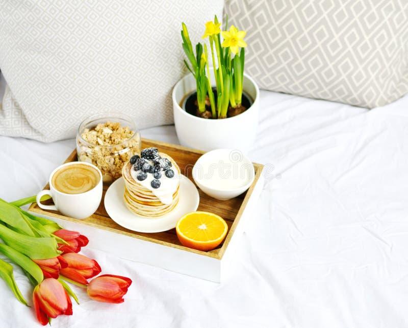 Copo com o café da manhã saudável alaranjado do cappuccino e do Granola caseiro das bagas do creme de leite das panquecas foto de stock