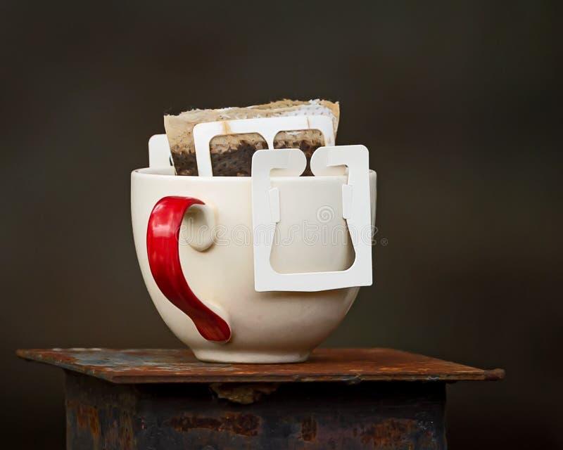 Copo com saquinhos de chá imagens de stock royalty free