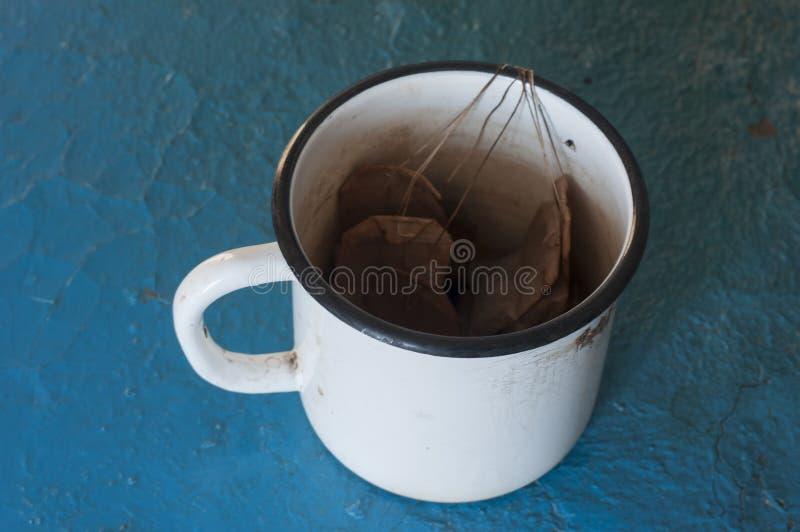 Copo com saquinhos de chá fotografia de stock