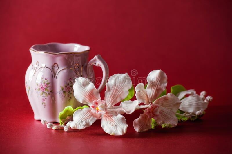 Copo cor-de-rosa do chá verde fotos de stock