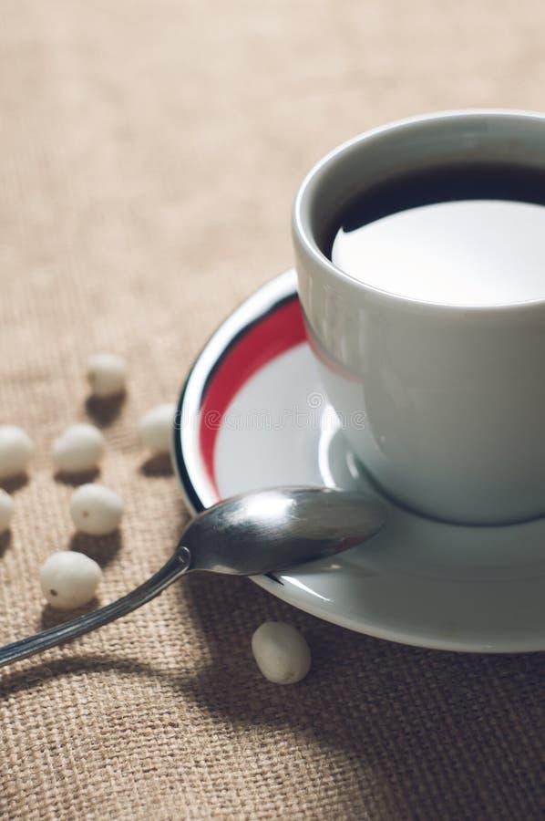 Copo da bebida quente com feijões de café fotografia de stock royalty free