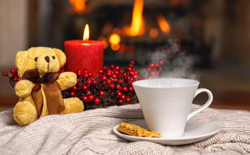 Copo da bebida quente com o urso do vapor e de peluche, bagas c vermelho da cookie fotografia de stock