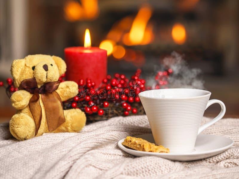 Copo da bebida quente com o urso do vapor e de peluche, bagas c vermelho da cookie imagens de stock royalty free