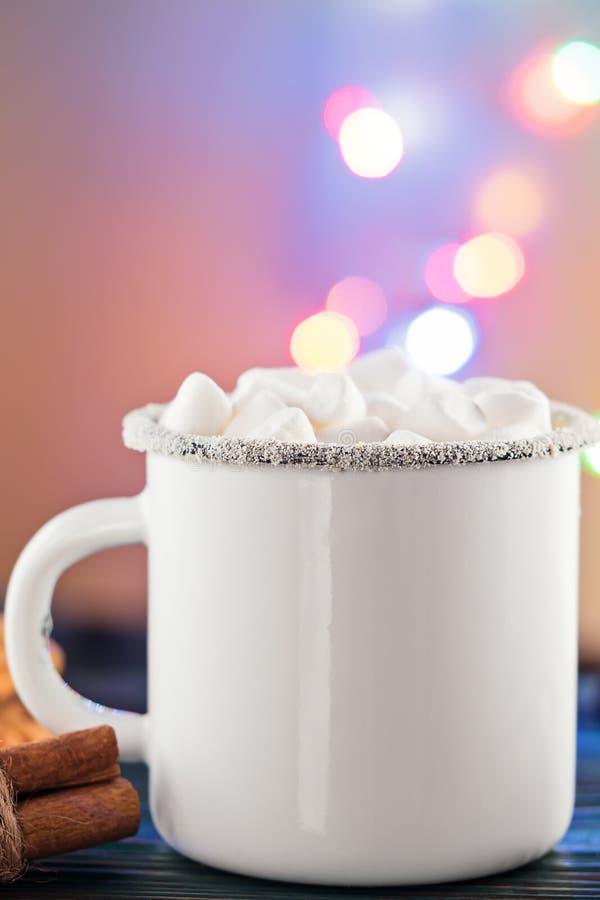 Copo da caneca de café branco do esmalte da bebida quente da bebida do cacau com marshmallow imagens de stock