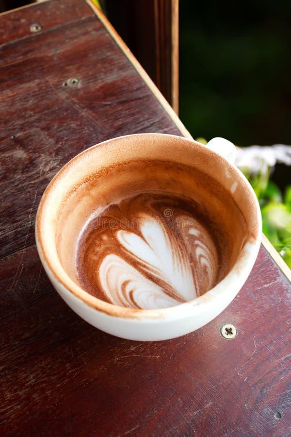 Copo da espuma do chocolate quente e do leite Coma acima do copo Bebida e bevera foto de stock