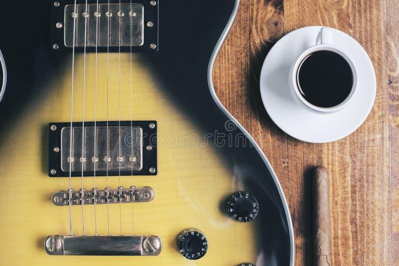 Copo da guitarra, do charuto e de café imagem de stock