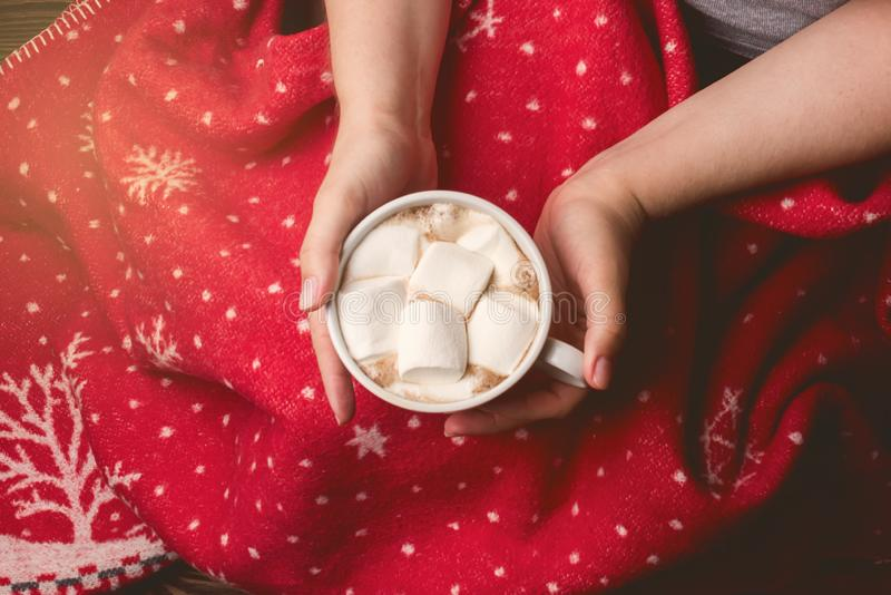 Copo da terra arrendada da mulher do hocolate saboroso quente de C com da cobertura vermelha do Natal de Marshmellow a mulher aco fotos de stock