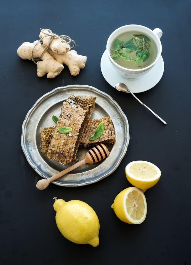 Copo da tisana com hortelã fresca, mel, limão foto de stock