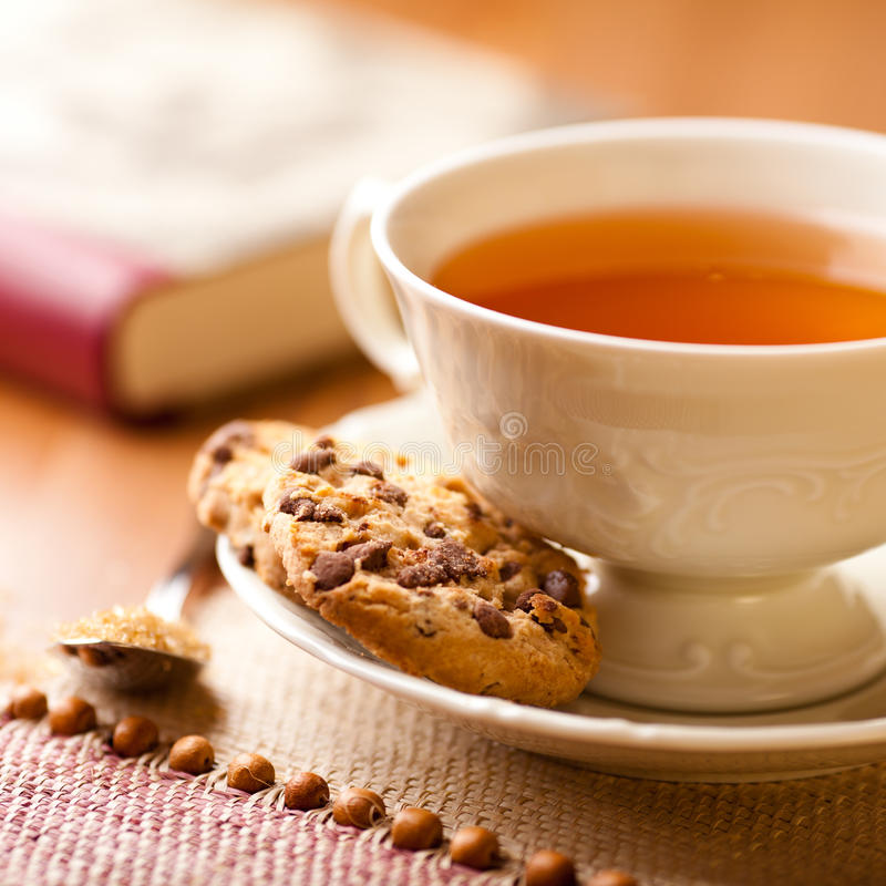 Copo de bolinhos de microplaqueta quentes do chá e de chocolate imagem de stock