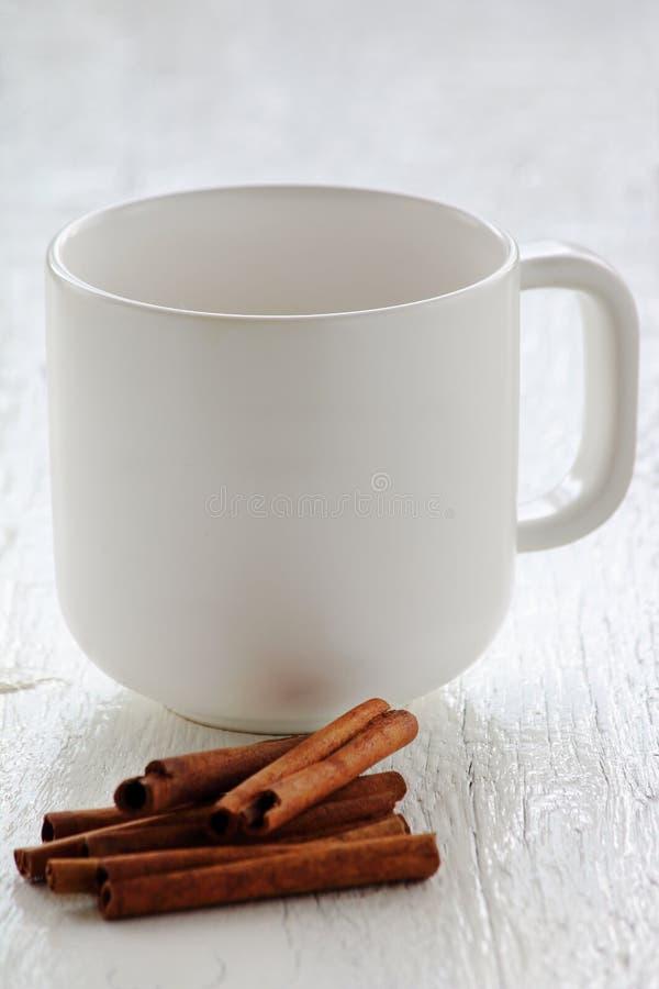 Copo de café branco com vara de canela foto de stock royalty free