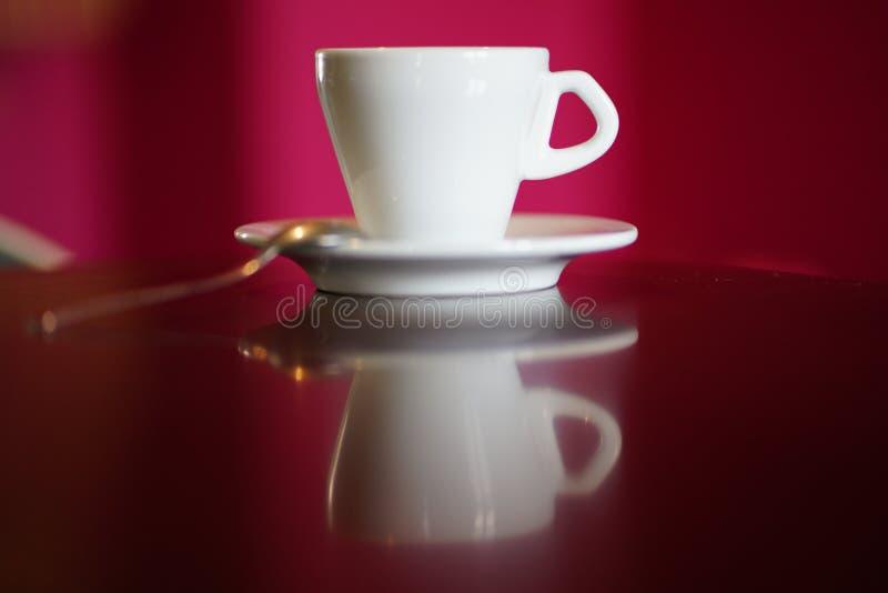 Copo de café branco isolado com placa e colher imagens de stock royalty free