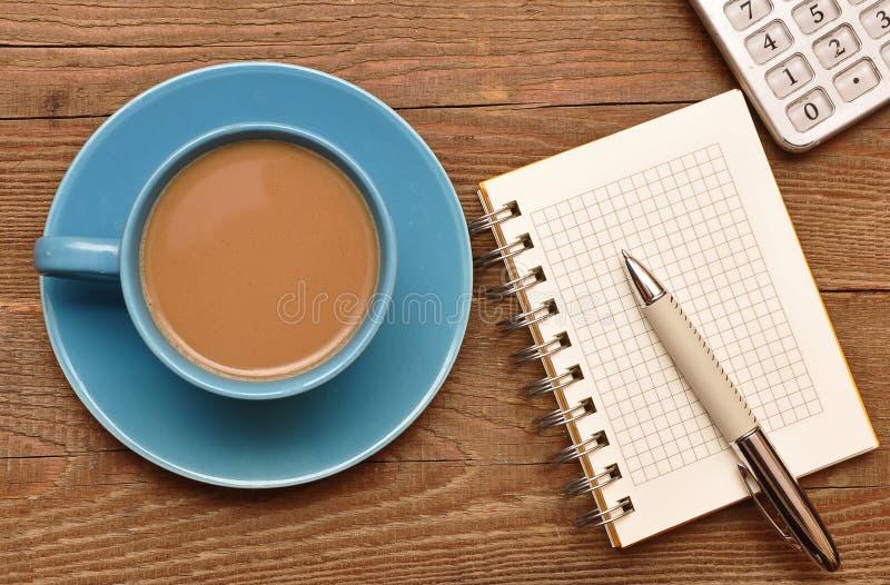 Copo de café, caderno espiral e pena imagem de stock royalty free