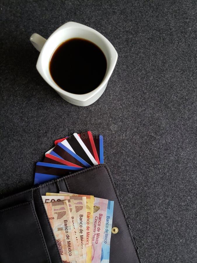 copo de café, carteira da mulher com contas mexicanas e cartões de crédito fotos de stock royalty free