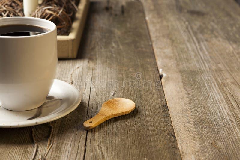 Copo de café cerâmico branco no ajuste rústico da tabela fotografia de stock