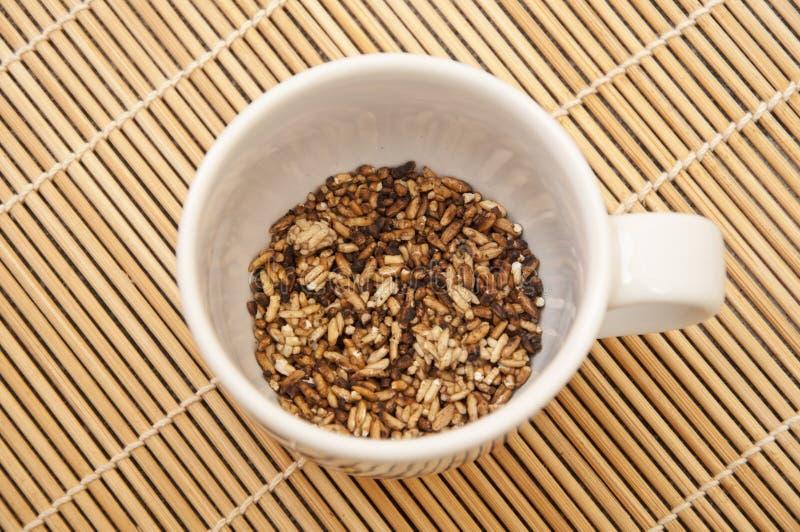 Copo de café com arroz da grade imagens de stock