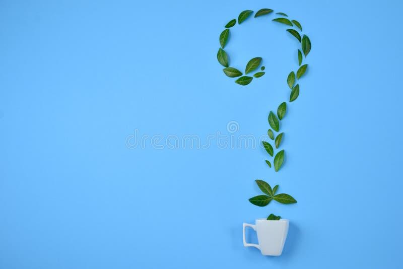 Copo de caf? com as folhas verdes arranjadas na forma do ponto de interroga??o sobre o fundo azul Como se levantar na manh? ilustração do vetor