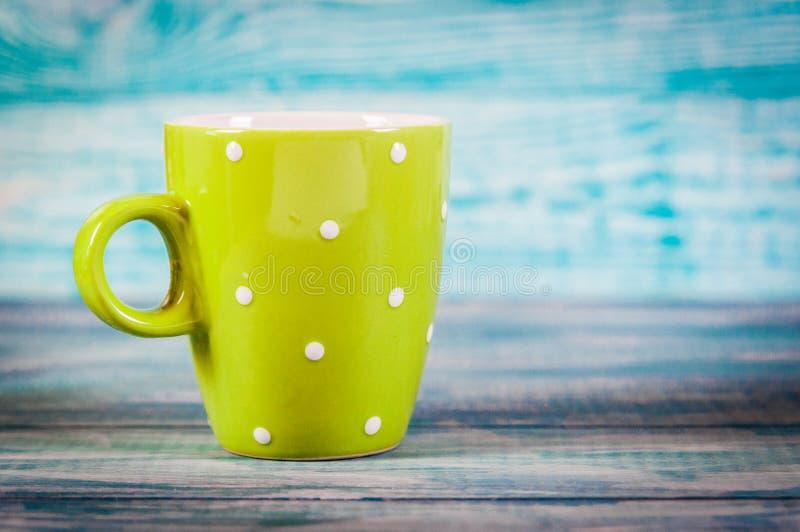 Copo de café com bom dia dos pontos no fundo rústico azul, café da manhã no dia de mães ou no dia das mulheres Espaço livre para  fotografia de stock
