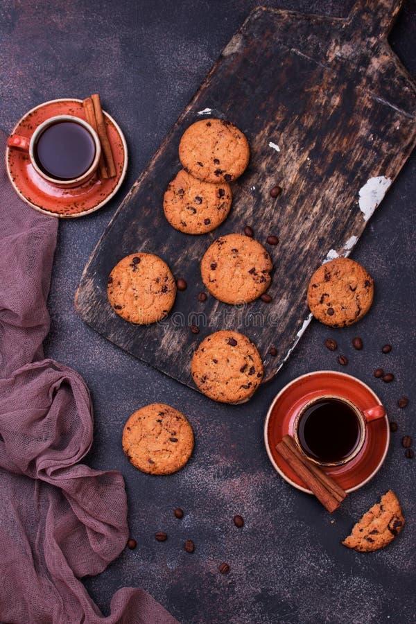 Copo de café com cookie do chocolate imagens de stock