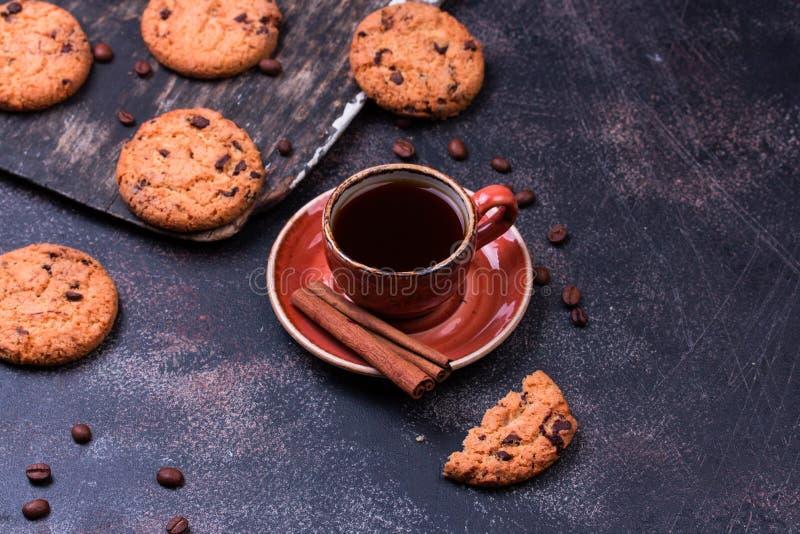 Copo de café com cookie do chocolate fotografia de stock royalty free