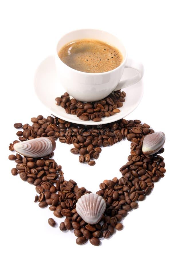 Copo de café com feijões imagens de stock royalty free