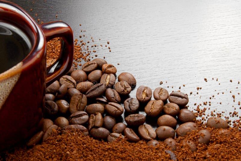 Copo de café com os feijões de café na tabela imagens de stock royalty free
