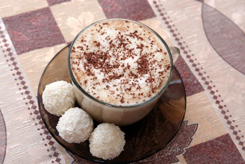 Copo de café com os três bolos de coco imagens de stock