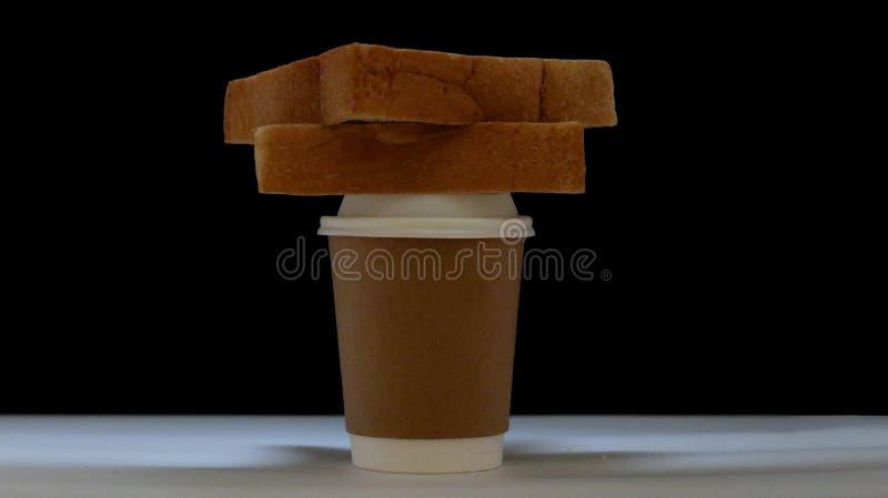 Copo de café com pão para o café da manhã imagens de stock royalty free