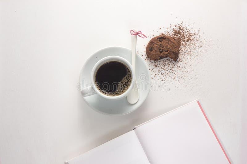 copo de café, cookies, escada lisa da configuração imagem de stock royalty free