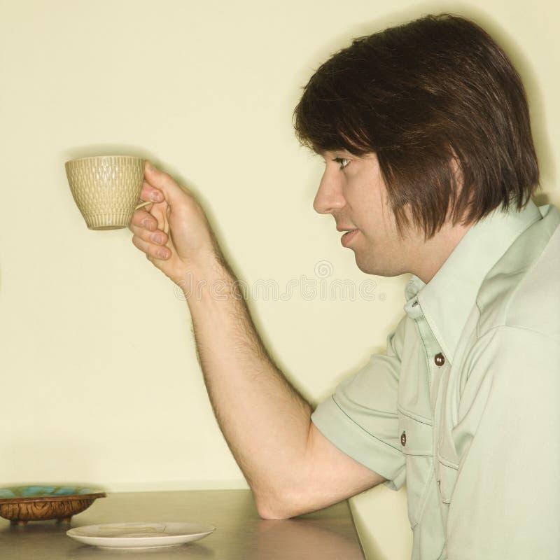 Copo de café da terra arrendada do homem. foto de stock royalty free
