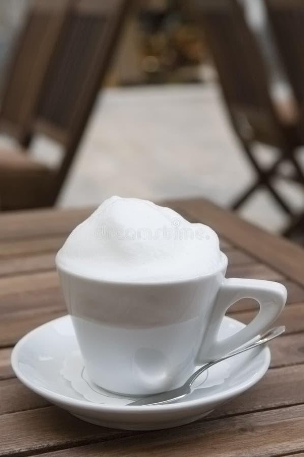 Copo de café do Cappuccino ao ar livre fotografia de stock