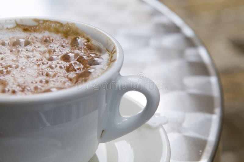 Copo de café do Cappuccino ao ar livre imagem de stock royalty free