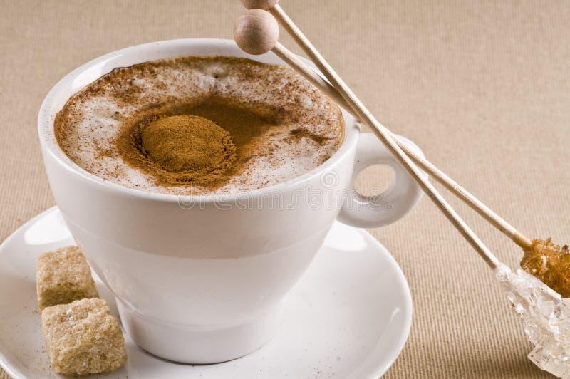 Copo de café do Cappuccino com açúcar marrom imagens de stock royalty free