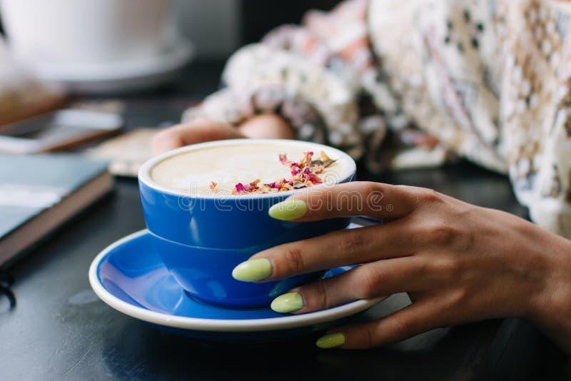 Copo de café do cappuccino com arte do latte foto de stock royalty free
