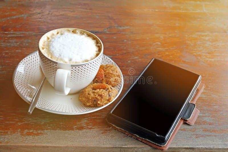 Copo de café do cappuccino e da cookie tailandesa estilo b do vintage do efeito imagens de stock