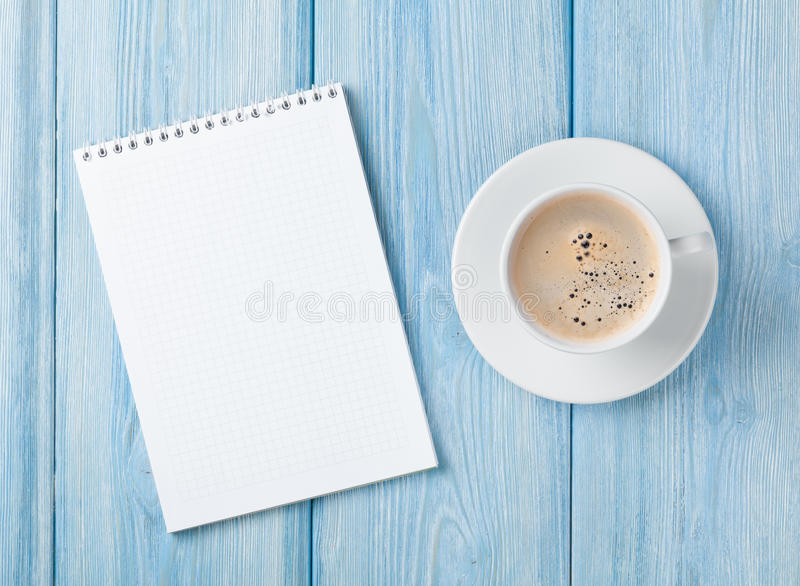 Copo de café e bloco de notas vazio foto de stock royalty free