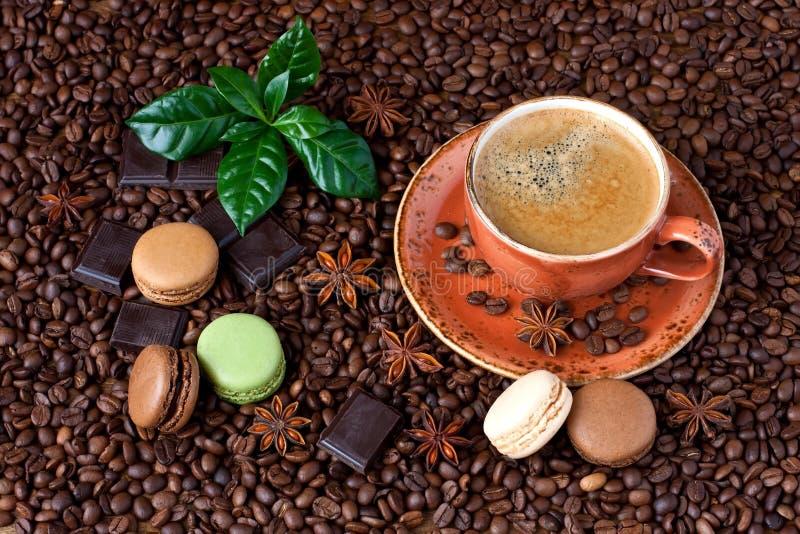 Copo de café e bolinhos de amêndoa franceses no fundo escuro fotografia de stock royalty free