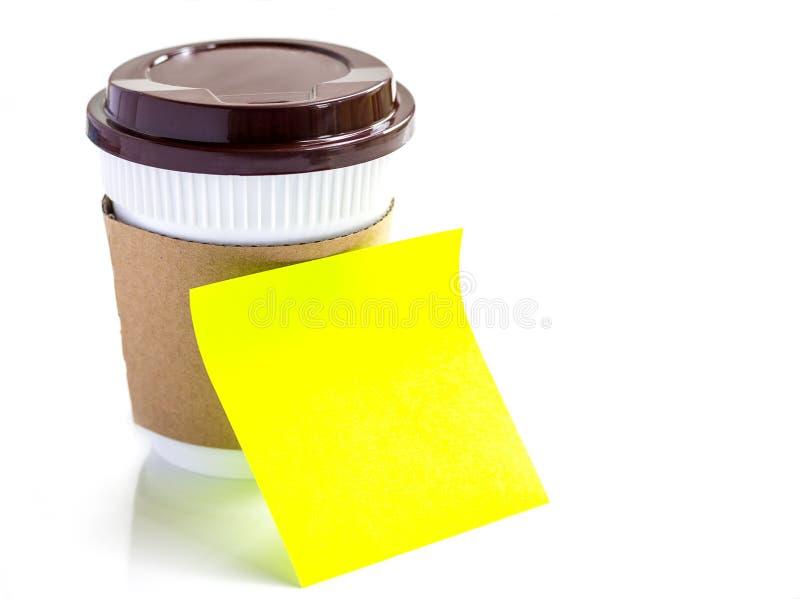 Copo de café e nota de papel amarela vazia isolados no backgr branco imagens de stock royalty free