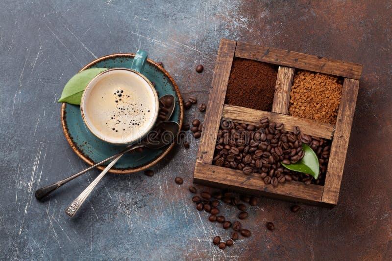 Copo de café, feijões roasted e café à terra imagens de stock royalty free