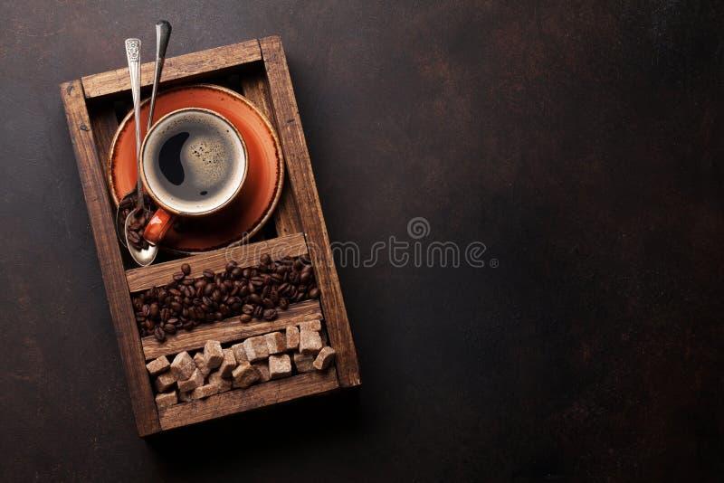 Copo de café, feijões roasted e açúcar mascavado imagens de stock royalty free