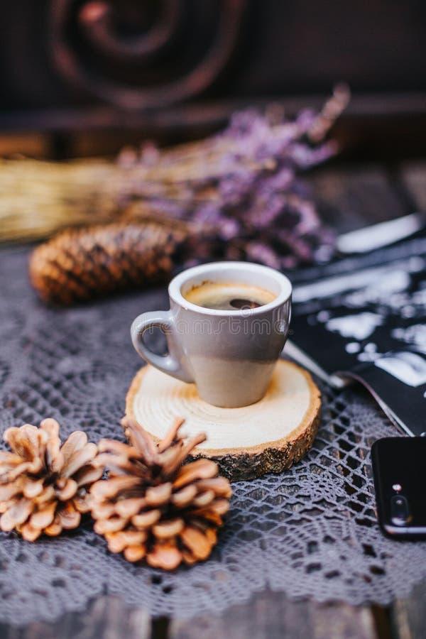 Copo de café na tabela Copo do café quente do latte no tempo de relaxamento Xícara de café em de madeira Alfazema Aroma da alfaze foto de stock