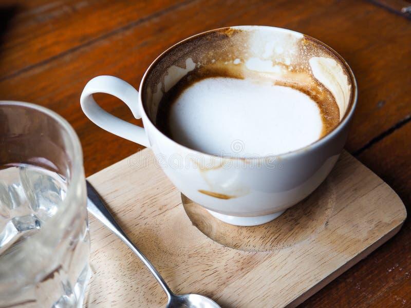 Copo de café no fundo de madeira da tabela imagem de stock