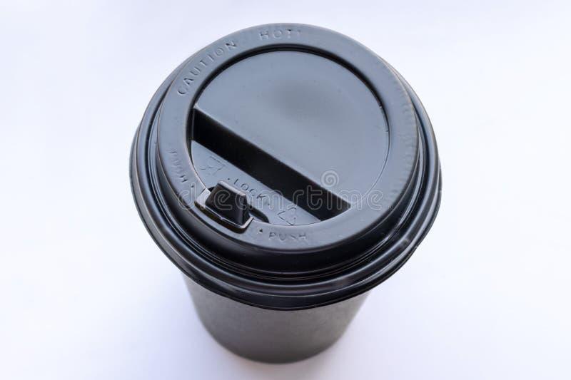 Copo de café preto descartável afastado no fundo branco fotos de stock royalty free