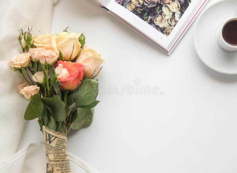 Copo de café, rosas, livro Escada lisa da configuração Copie o spase fotos de stock royalty free