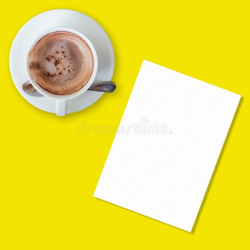 Copo de café vazio com nota do Livro Branco no fundo amarelo imagens de stock royalty free