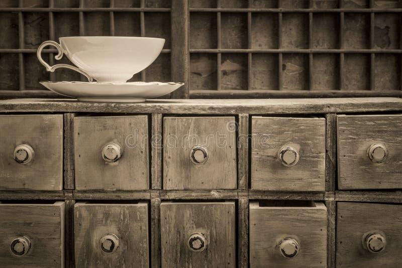 Copo de chá clássico sobre gavetas rústicas foto de stock royalty free