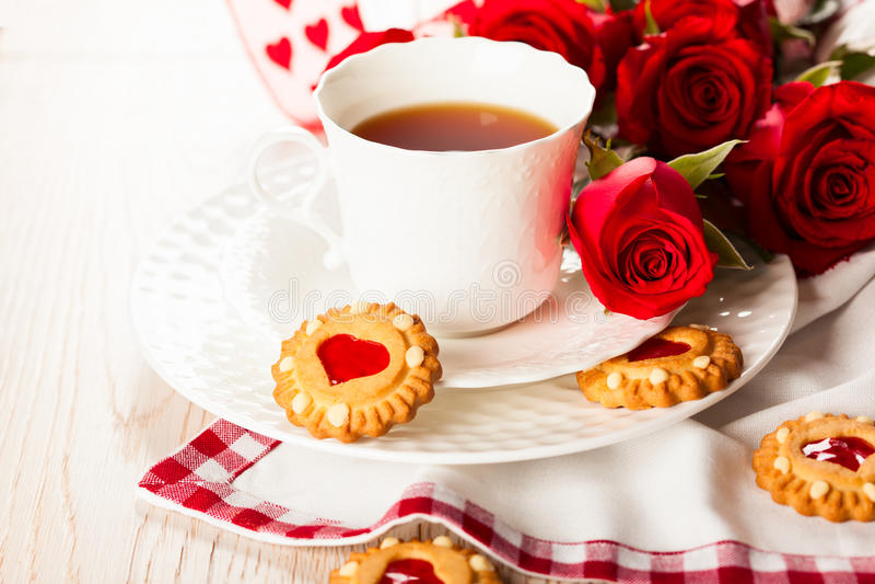 Copo de chá com as cookies para o dia de Valentim foto de stock royalty free