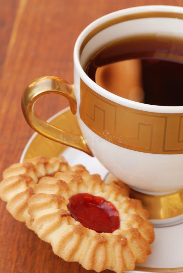Copo de chá com bolinhos foto de stock