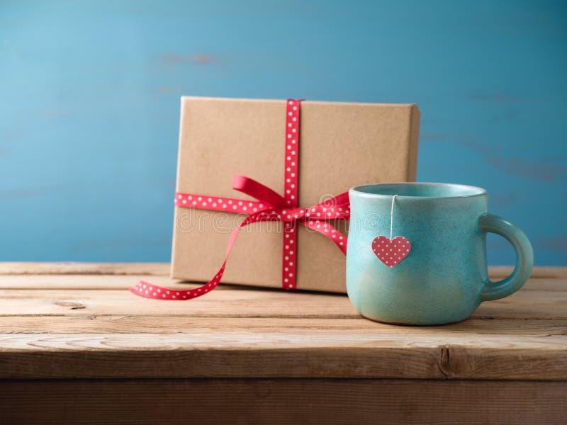 Copo de chá com caixa de presente fotografia de stock royalty free