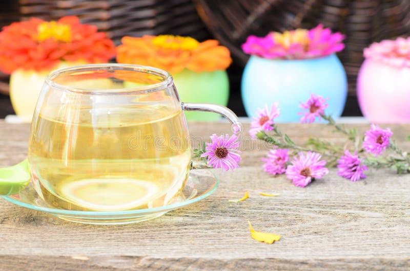 Copo de chá com flores diferentes fotos de stock